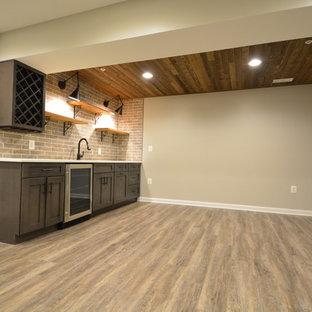 Idées déco pour un grand sous-sol classique donnant sur l'extérieur avec un mur beige, un sol en vinyl, aucune cheminée et un sol marron.
