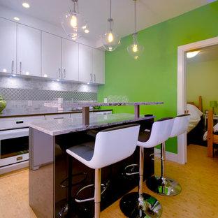 Ispirazione per una piccola taverna minimalista interrata con pareti bianche
