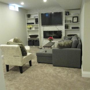 Idées déco pour un petit sous-sol moderne enterré avec un mur gris, moquette, cheminée suspendue, un manteau de cheminée en pierre et un sol gris.