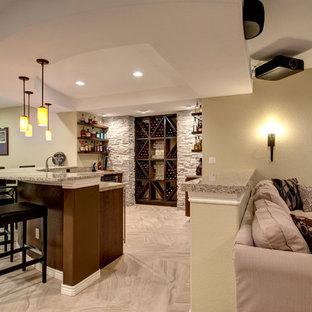 Cette image montre un grand sous-sol traditionnel semi-enterré avec un mur beige, aucune cheminée, un sol beige et un sol en marbre.