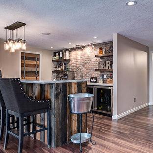 Inspiration pour un sous-sol urbain de taille moyenne et donnant sur l'extérieur avec un mur beige, sol en stratifié et un sol marron.
