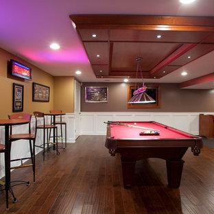 Foto di una taverna tradizionale seminterrata con pareti marroni e parquet scuro