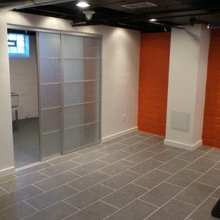 Ispirazione per una taverna contemporanea seminterrata di medie dimensioni con pareti arancioni, pavimento in gres porcellanato e nessun camino