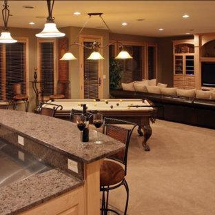 Idée de décoration pour un grand sous-sol tradition donnant sur l'extérieur avec un mur vert, moquette, aucune cheminée et un sol beige.