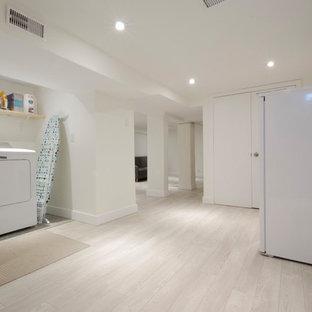 Idées déco pour un sous-sol classique semi-enterré et de taille moyenne avec un mur blanc, sol en stratifié et un sol beige.