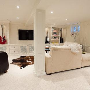 Cette photo montre un sous-sol tendance avec un sol blanc.