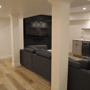 Exemple d'un sous-sol chic de taille moyenne avec un bar de salon, un mur blanc et un sol en vinyl.