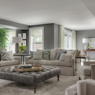 Aménagement d'un grand sous-sol classique donnant sur l'extérieur avec un mur gris, un sol en carrelage de porcelaine et un sol gris.