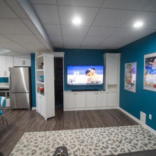 Idée de décoration pour un sous-sol design de taille moyenne avec un mur bleu, un sol en vinyl et un sol marron.