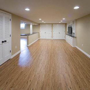 Inspiration pour un grand sous-sol traditionnel enterré avec un mur beige et sol en stratifié.