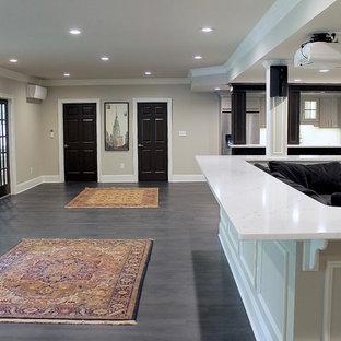 Inspiration pour un grand sous-sol design semi-enterré avec un mur beige, un sol en bois foncé, aucune cheminée et un sol gris.