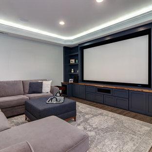 Cette image montre un sous-sol traditionnel donnant sur l'extérieur et de taille moyenne avec un mur gris, un sol en linoléum, aucune cheminée et un sol marron.