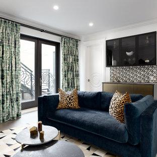 Cette photo montre un sous-sol tendance donnant sur l'extérieur et de taille moyenne avec un bar de salon, un mur blanc, un sol en bois brun et un sol marron.