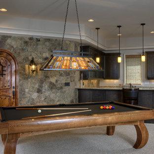 Ejemplo de sótano con ventanas tradicional con paredes grises y moqueta