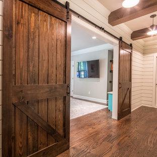 Kleiner Landhaus Hochkeller ohne Kamin mit weißer Wandfarbe, dunklem Holzboden und braunem Boden in Atlanta