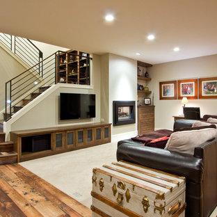 Aménagement d'un sous-sol craftsman enterré avec un mur gris, un sol en bois brun et un sol multicolore.