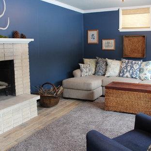 Cette photo montre un sous-sol montagne donnant sur l'extérieur et de taille moyenne avec un mur bleu, un sol en carrelage de céramique et un manteau de cheminée en brique.
