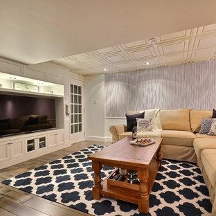 Ejemplo de sótano en el subsuelo tradicional renovado, sin chimenea, con paredes azules, suelo de madera oscura y suelo gris