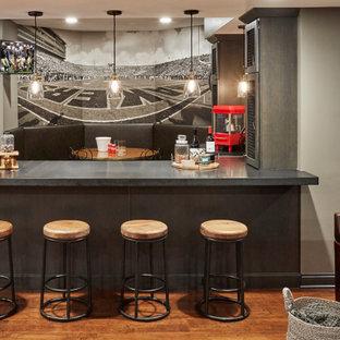 Cette image montre un sous-sol traditionnel avec un mur gris, un sol en bois foncé, un sol marron et un bar de salon.