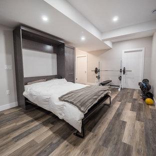 Foto på en mellanstor funkis källare utan ingång, med grå väggar, mellanmörkt trägolv och brunt golv