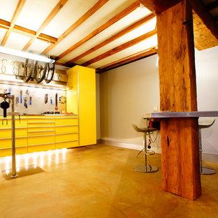 Cette photo montre un sous-sol tendance avec un sol jaune.