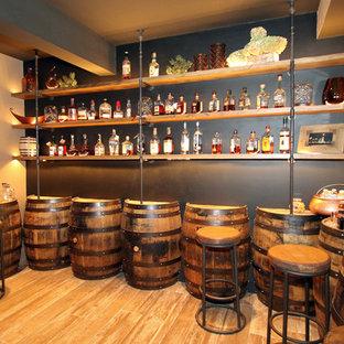 Idee per una grande taverna rustica interrata con pareti grigie, pavimento in gres porcellanato e nessun camino