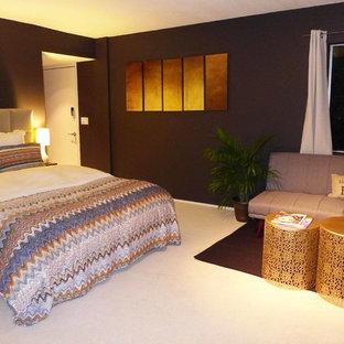 Cette image montre un petit sous-sol minimaliste avec un mur noir, moquette et un sol beige.