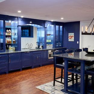Idée de décoration pour un très grand sous-sol design donnant sur l'extérieur avec un mur bleu, un sol en vinyl et un manteau de cheminée en pierre.