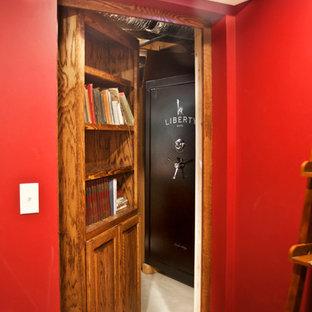 Cette image montre un sous-sol traditionnel de taille moyenne avec un mur rouge et aucune cheminée.