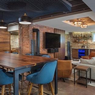 Diseño de sótano con puerta rústico, de tamaño medio, con suelo de cemento, estufa de leña y suelo marrón