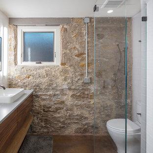 Modelo de sótano con puerta rural, de tamaño medio, con suelo de cemento, estufa de leña y suelo marrón
