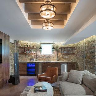 Ispirazione per una taverna stile rurale di medie dimensioni con pavimento in cemento e pavimento marrone