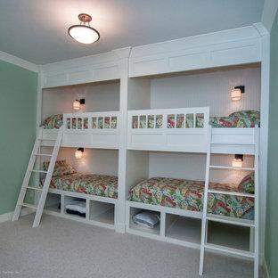 Cette photo montre un sous-sol craftsman donnant sur l'extérieur et de taille moyenne avec un mur vert, moquette et aucune cheminée.