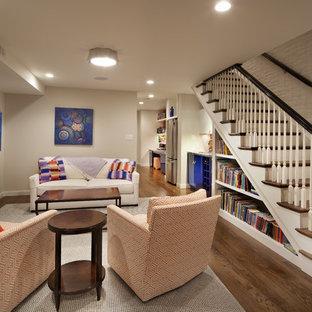 Idée de décoration pour un sous-sol bohème enterré et de taille moyenne avec un mur gris, aucune cheminée et un sol en bois foncé.
