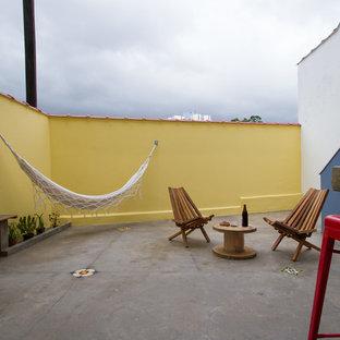 Idées déco pour un sous-sol industriel donnant sur l'extérieur et de taille moyenne avec un mur multicolore, béton au sol et un sol gris.