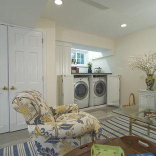 Idéer för en klassisk källare utan ingång, med vita väggar och klinkergolv i keramik