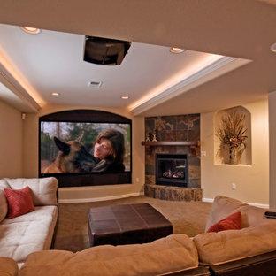 Aménagement d'un grand sous-sol classique semi-enterré avec un mur beige, moquette, une cheminée standard et un manteau de cheminée en carrelage.