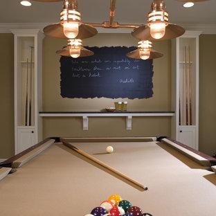 Ejemplo de sótano clásico con paredes beige