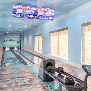 Cette image montre un grand sous-sol marin avec un mur bleu et un sol multicolore.