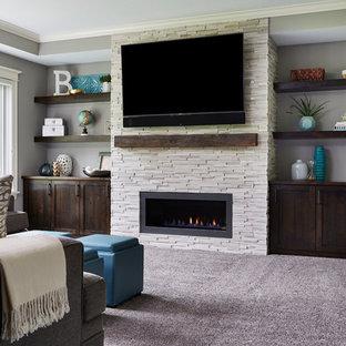 Idée de décoration pour un sous-sol tradition donnant sur l'extérieur et de taille moyenne avec un mur gris, un sol en bois foncé, une cheminée standard, un manteau de cheminée en carrelage et un sol marron.