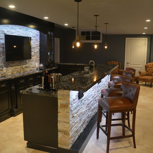 Cette image montre un grand sous-sol design donnant sur l'extérieur avec un mur gris et un sol en travertin.
