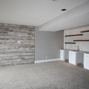 Réalisation d'un grand sous-sol marin donnant sur l'extérieur avec un mur gris et moquette.