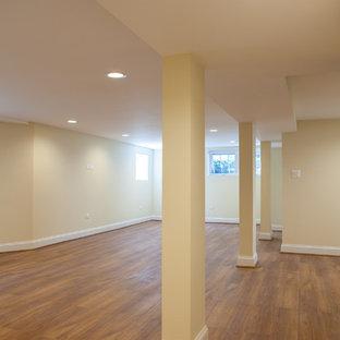 Idées déco pour un grand sous-sol classique semi-enterré avec un mur beige et un sol en vinyl.