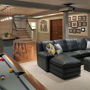 Cette photo montre un grand sous-sol chic donnant sur l'extérieur avec un mur blanc, aucune cheminée, un sol en bois brun et salle de jeu.