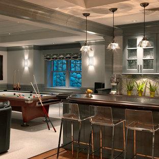 Ispirazione per una taverna classica seminterrata con pareti grigie, moquette e nessun camino