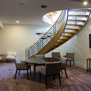 Idée de décoration pour un grand sous-sol design donnant sur l'extérieur avec un mur blanc, moquette, aucune cheminée et un sol violet.