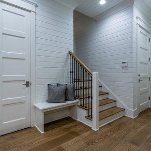 Idée de décoration pour un sous-sol champêtre avec du lambris de bois.