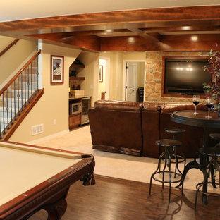 Idée de décoration pour un petit sous-sol chalet enterré avec un mur beige, un sol en bois foncé et aucune cheminée.