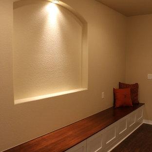 Idée de décoration pour un petit sous-sol chalet enterré avec un mur beige et moquette.