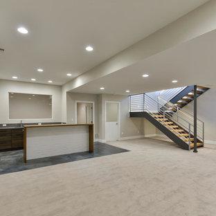 Idées déco pour un grand sous-sol contemporain semi-enterré avec un mur gris, moquette, aucune cheminée et un sol gris.